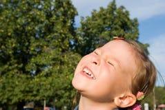 Retrato de una niña de risa Fotos de archivo libres de regalías