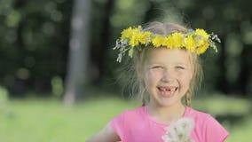 Retrato de una niña divertida en el bosque Un niño sin los dientes delanteros mira en la cámara y las risas, en la cabeza metrajes