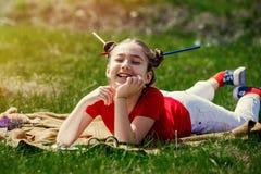 Retrato de una niña divertida en vidrios Fotos de archivo