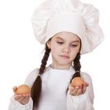 Retrato de una niña en un delantal blanco que sostiene dos el pollo e Imagen de archivo libre de regalías