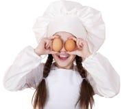 Retrato de una niña en un delantal blanco que sostiene dos el pollo e Imágenes de archivo libres de regalías