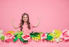 Retrato de una niña en un fondo rosado del verano fotografía de archivo libre de regalías