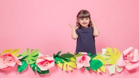 Retrato de una niña en un fondo rosado del verano fotos de archivo libres de regalías