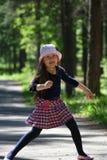 Retrato de una niña en un sombrero rosado imágenes de archivo libres de regalías