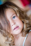 Retrato de una niña encantadora foto de archivo
