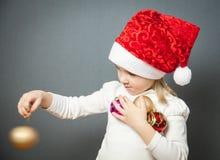 Retrato de una niña encantadora en el sombrero de Papá Noel imágenes de archivo libres de regalías