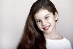 Retrato de una niña encantadora que sonríe en la cámara Fotos de archivo