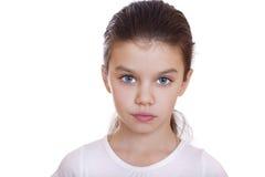 Retrato de una niña encantadora que sonríe en la cámara Imagenes de archivo