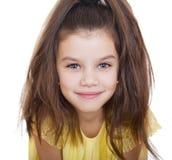 Retrato de una niña encantadora que sonríe en la cámara Fotografía de archivo