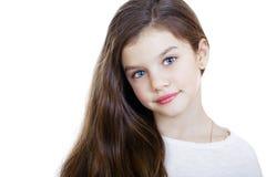 Retrato de una niña encantadora que sonríe en la cámara Foto de archivo