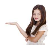 Retrato de una niña encantadora que sonríe en la cámara Foto de archivo libre de regalías