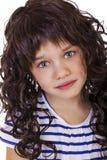 Retrato de una niña encantadora que sonríe en la cámara Fotos de archivo libres de regalías