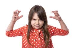 Retrato de una niña enojada que se sostiene los brazos aumentados Imagen de archivo