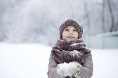 Retrato de una niña feliz en el fondo de un PA del invierno Fotografía de archivo libre de regalías