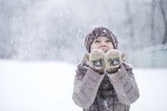 Retrato de una niña feliz en el fondo de un PA del invierno Fotos de archivo libres de regalías