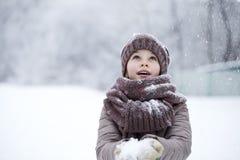 Retrato de una niña feliz en el fondo de un PA del invierno Imágenes de archivo libres de regalías