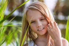 Retrato de una niña hermosa con el pelo largo, al aire libre Imágenes de archivo libres de regalías