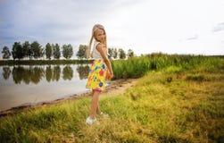 Retrato de una niña hermosa con el pelo largo, al aire libre Foto de archivo