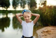 Retrato de una niña hermosa con el pelo largo, al aire libre Fotos de archivo libres de regalías