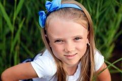 Retrato de una niña hermosa con el pelo largo, al aire libre Foto de archivo libre de regalías