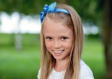 Retrato de una niña hermosa con el pelo largo, al aire libre Imagenes de archivo