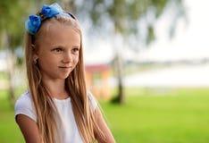 Retrato de una niña hermosa con el pelo largo, al aire libre Fotografía de archivo
