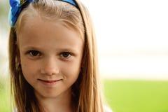 Retrato de una niña hermosa con el pelo largo, al aire libre Fotos de archivo