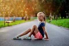 Retrato de una niña hermosa con el pelo largo, al aire libre Fotografía de archivo libre de regalías