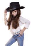 Retrato de una niña hermosa en un sombrero de vaquero negro Fotografía de archivo