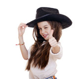 Retrato de una niña hermosa en un sombrero de vaquero negro Foto de archivo libre de regalías