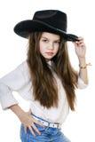 Retrato de una niña hermosa en un sombrero de vaquero negro Foto de archivo