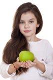 Retrato de una niña hermosa que sostiene una manzana verde Fotografía de archivo libre de regalías