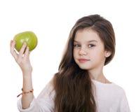 Retrato de una niña hermosa que sostiene una manzana verde Fotos de archivo libres de regalías