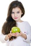 Retrato de una niña hermosa que sostiene una manzana verde Fotos de archivo