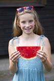 Retrato de una niña joven con la sandía Imágenes de archivo libres de regalías