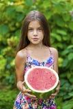 Retrato de una niña joven con la sandía Imagen de archivo libre de regalías