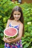 Retrato de una niña joven con la sandía Fotos de archivo