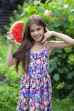 Retrato de una niña joven con la sandía Fotografía de archivo