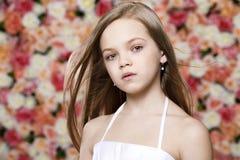 Retrato de una niña joven hermosa en el vestido blanco Imagen de archivo libre de regalías