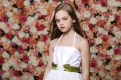 Retrato de una niña joven hermosa en el vestido blanco Fotografía de archivo