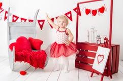 Retrato de una niña linda en una falda roja foto de archivo