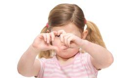 Retrato de una niña linda que muestra la muestra de la forma del corazón con los fingeres Imagen de archivo