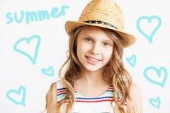 Retrato de una niña preciosa con el sombrero de paja contra un blanco Fotografía de archivo libre de regalías