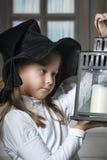 Retrato de una niña que mira la vela en la linterna Fotos de archivo
