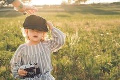 Retrato de una niña que toma imágenes con una cámara Concepto de jugar de los niños imagen de archivo libre de regalías