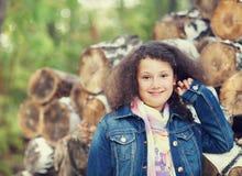 Retrato de una niña sonriente en día del otoño Fotos de archivo libres de regalías