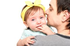 Retrato de una ni?a linda que llora en las manos de su padre imagen de archivo libre de regalías