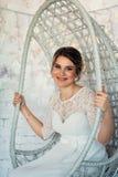 Retrato de una novia en el estudio blanco Foto de archivo libre de regalías