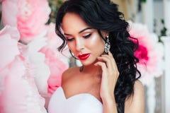 Retrato de una novia hermosa de la moda, dulce y sensual El casarse compone y pelo Bandera de las flores Background imagen de archivo libre de regalías