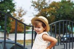 Retrato de una pequeña muchacha bonita en un sombrero de paja Imágenes de archivo libres de regalías